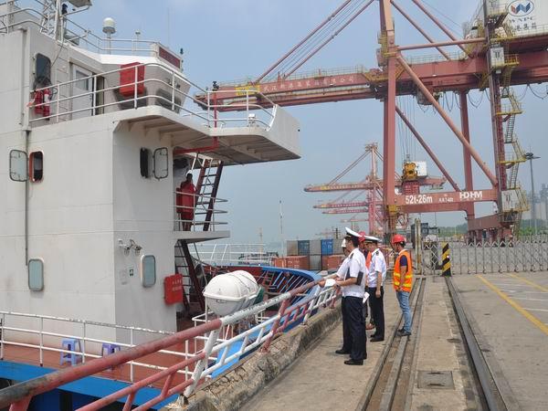 武汉海事局积极开展船舶载运危险品集装箱检查