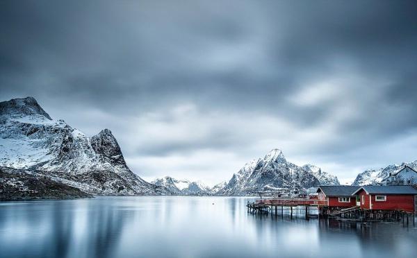 曼弗雷德沃斯(Manfred Voss)称这幅在挪威北部拍摄到的冬季美景为银色世界,竞夺旅行类大奖。(网页截图)   国际在线专稿:据英国《每日邮报》11月17日报道,2016年度索尼世界摄影大赛的部分参赛作品日前曝光,包括许多美轮美奂的自然风光、展示人类情绪的人物肖像,以及可爱的动物等。   距离作品递交终结日期还有最后7周时间,组织方今天公布了评委名单。截至目前,2016年度索尼世界摄影大赛已经吸引了来自177个国家和地区的摄影师提交的173444幅作品。动物主题作品在今年的比赛中尤为受到欢迎