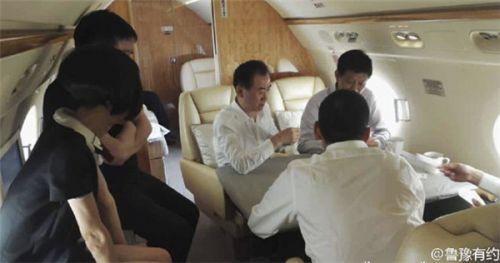 王健林私人飞机内直播斗地主 机内奢华气派(图)