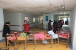 家长们推着婴儿车排起长队,等候护士给新生儿做护理 - 新浪湖北