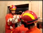 湖北宜昌:一女一婴被困电梯 女子腿部被卡(图) - Hb.Chinanews.Com