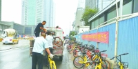 执法人员清理违停单车 - 新浪湖北