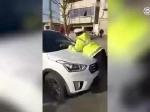 湖北襄阳一男子无证驾驶,为逃避检查撞倒交警拖行百米被控制 - 新浪湖北