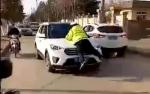 襄阳一男子无证驾驶 为逃避检查撞倒交警拖行百米 - 新浪湖北