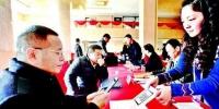 楚天都市报讯 图为:省政协委员报到 楚天都市报记者邹斌摄 - 新浪湖北