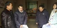 法制研究中心党支部组织开展为扶贫驻点村结对帮扶贫困户送温暖活动 - 政府法制办