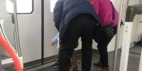 武汉地铁21号线上老人让孩子在车厢内大小便 - 新浪湖北