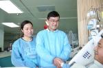 听说老人苏醒,沈青松夫妻俩特地赶到重症医学科看望老人。 武汉市中心医院供图 - 新浪湖北