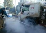武汉一水泥车轮胎自燃浓烟滚滚 城管变身消防员灭火 - 新浪湖北
