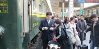 王冠雄正在为旅客验票上车 - Hb.Chinanews.Com