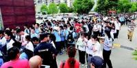 图为:6月20日在武汉一初慧泉(金雅校区)考点,上午考试结束后,考生走出考场。(湖北日报全媒记者 倪娜 摄) - 新浪湖北