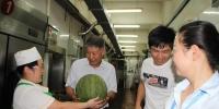 校领导看望慰问一线工作岗位的师生员工(组图) - 武汉大学