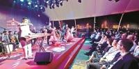 图为:昨晚,世界500强代表在长江游轮上观看演出 楚天都市报记者李辉摄 - 新浪湖北