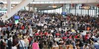 假期首日铁路迎出行高峰 武汉三大站送客31万人次 - 新浪湖北