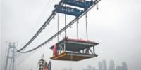 每台吊机起重能力达900吨,两台一起吊起千吨钢梁 记者王谦 摄 - 新浪湖北
