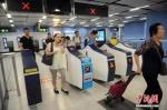 资料图:民众进入港铁车站。中新社记者 谭达明 摄 - Hb.Chinanews.Com