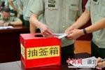 图为选手正在抽取教案编写题目(杨恢旭摄) - Hb.Chinanews.Com