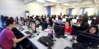 资料图:高考评卷点内工作人员在电脑前阅卷。中新社记者 马铭言 摄 - 新浪湖北