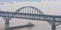图为7月5日,船只驶过超警戒线水位的长江江西九江段。 胡国林 摄 - 新浪湖北