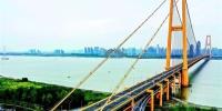 图为:金色巨龙横卧于长江之上。﹙湖北日报全媒记者梅涛通讯员张静摄﹚ - 新浪湖北