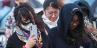 资料图:民众在大风降温天气中出行。中新社记者 贾天勇 摄 - 新浪湖北