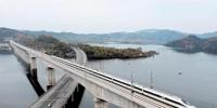 11月26日,试运行中的高铁动车组安全通过汉十高铁丹江口水库。 (视界网 彭琦 摄) - 新浪湖北