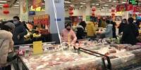 1月23日,武汉市民佩戴口罩,在超市购买生活用品等物资。中新社记者 邹浩 摄 - 新浪湖北