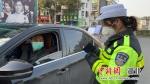 民警对过往车辆进行严格检查 - Hb.Chinanews.Com