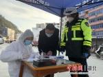 民警对过往车辆进行严格登记 - Hb.Chinanews.Com