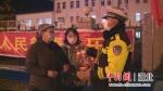 民警正在劝返群众不要外出 - Hb.Chinanews.Com