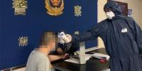 民警对入所人员监测体温 - Hb.Chinanews.Com