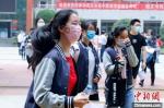 7月20日武汉中考首日,考生轻松走出考场 张畅 摄 - 新浪湖北